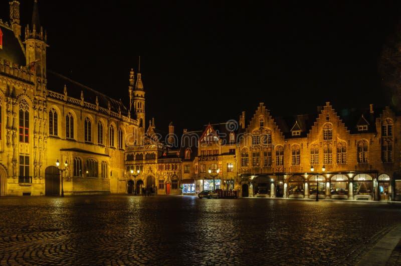 Quadrado do Burg na noite em Bruges, Bélgica fotografia de stock
