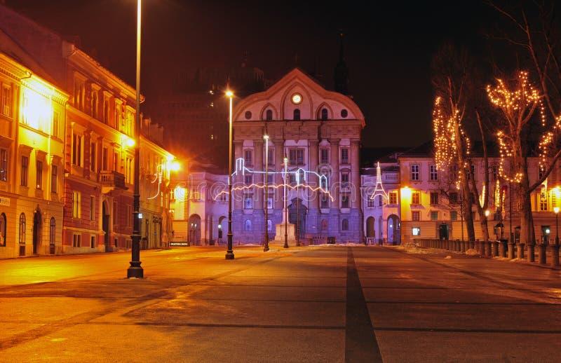 Quadrado do congresso & igreja de Ursuline, decorada pelo Natal e anos novos dos feriados, Ljubljana, Eslovênia fotografia de stock royalty free