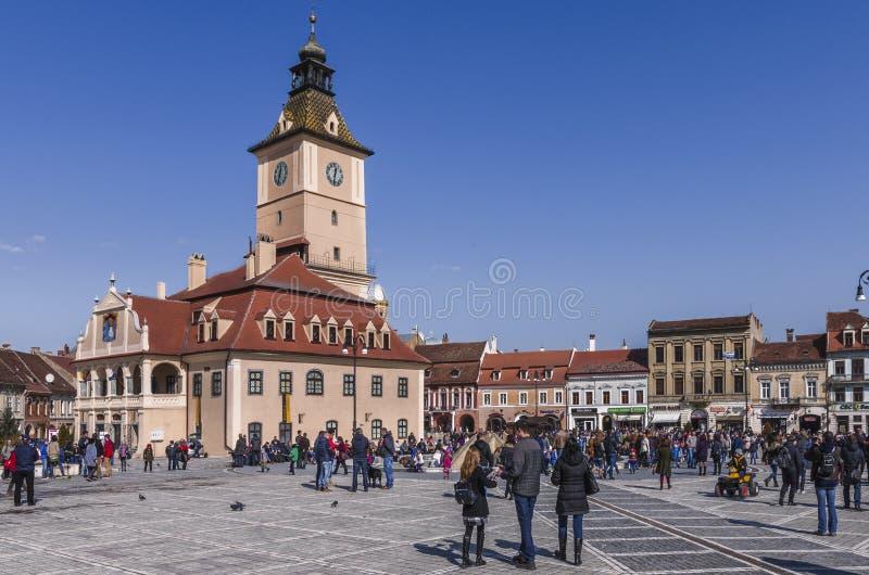 Quadrado do Conselho e casa do Conselho em Brasov, Romênia foto de stock royalty free