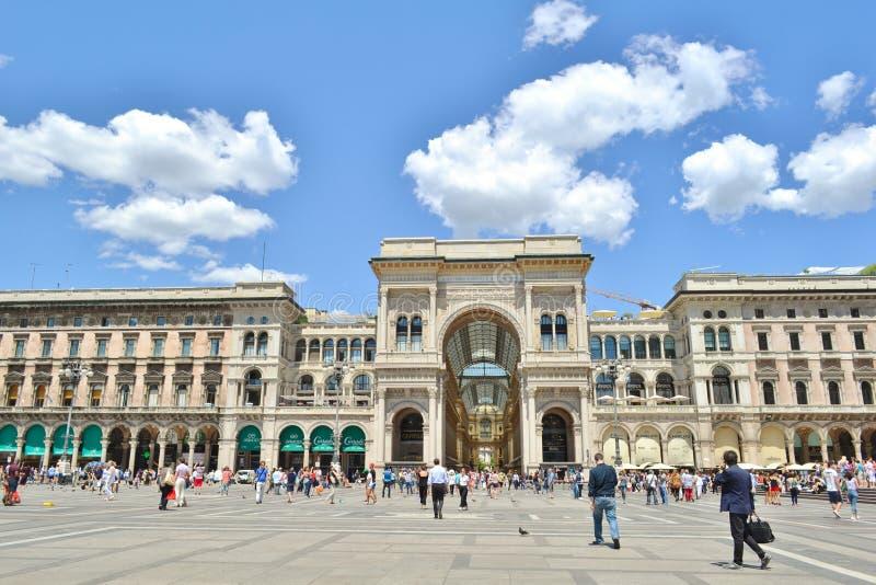 Quadrado do domo na fachada da baixa de Milão e da alameda de Vittorio Emanuele Gallery foto de stock