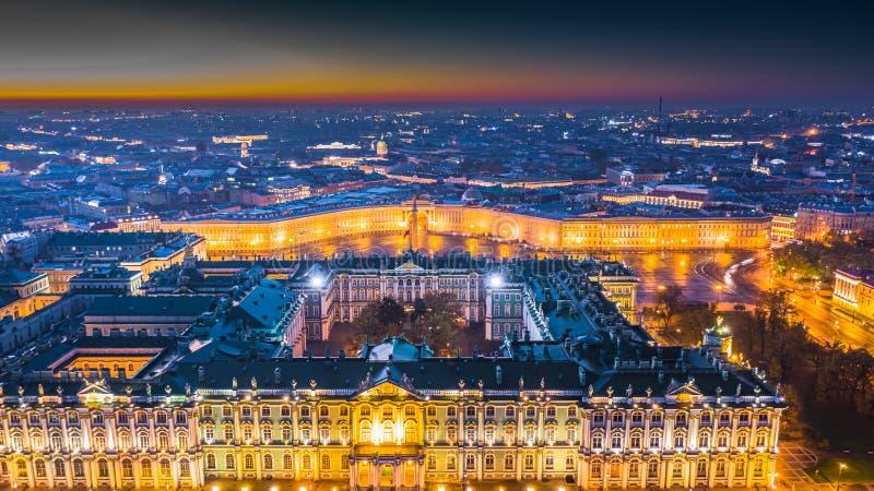 Quadrado do palácio e palácio de Alexander Column e do inverno na manhã em St Petersburg, vista aérea em St Petersburg, Rússia fotos de stock royalty free