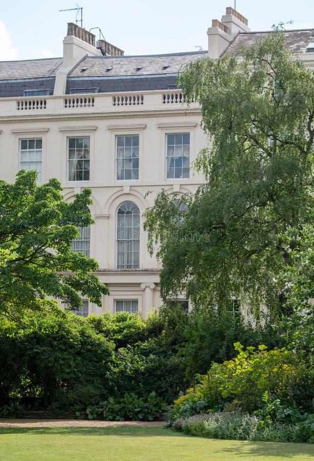 Quadrado do parque e jardins de Cresent do parque que negligenciam os condomínios de Nash Terrace construídos no estilo neoclássi foto de stock