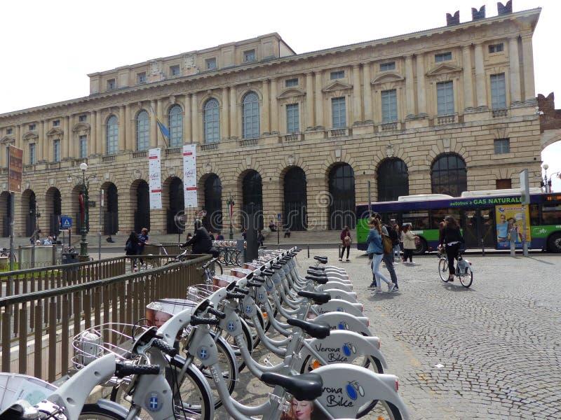 Quadrado do sutiã com o palácio de Gran Guardia a Verona em Itália fotografia de stock