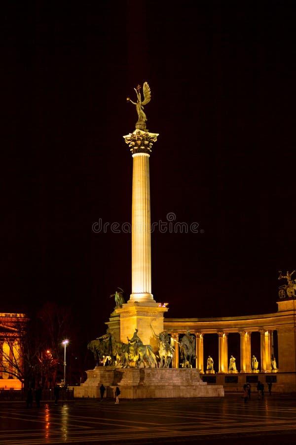 Quadrado dos heróis, noite de Budapest imagem de stock royalty free