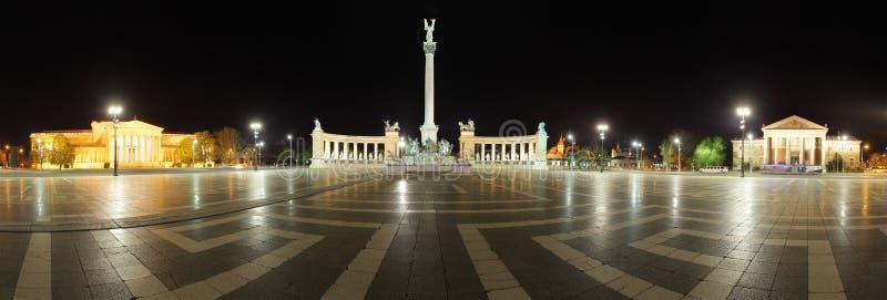 Quadrado dos heróis - vista panorâmica na noite, Budapest foto de stock royalty free