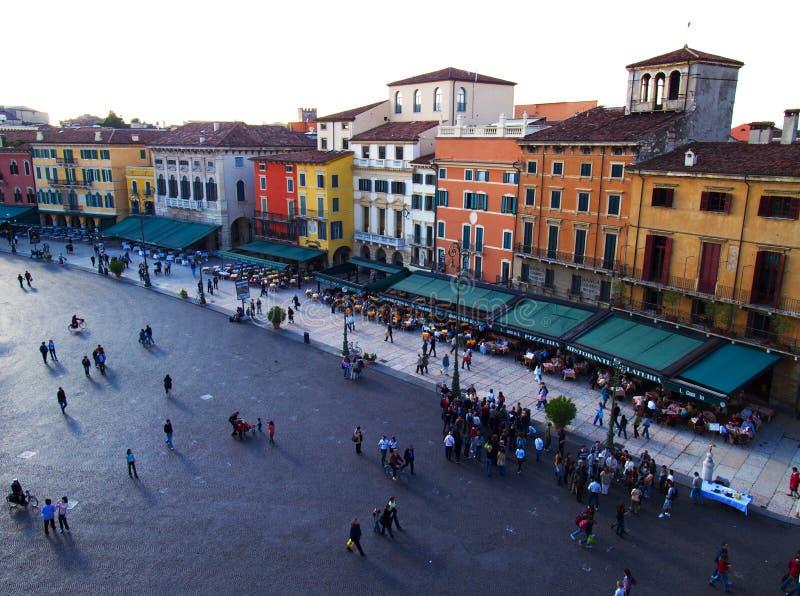 Quadrado e povos de Verona imagens de stock royalty free