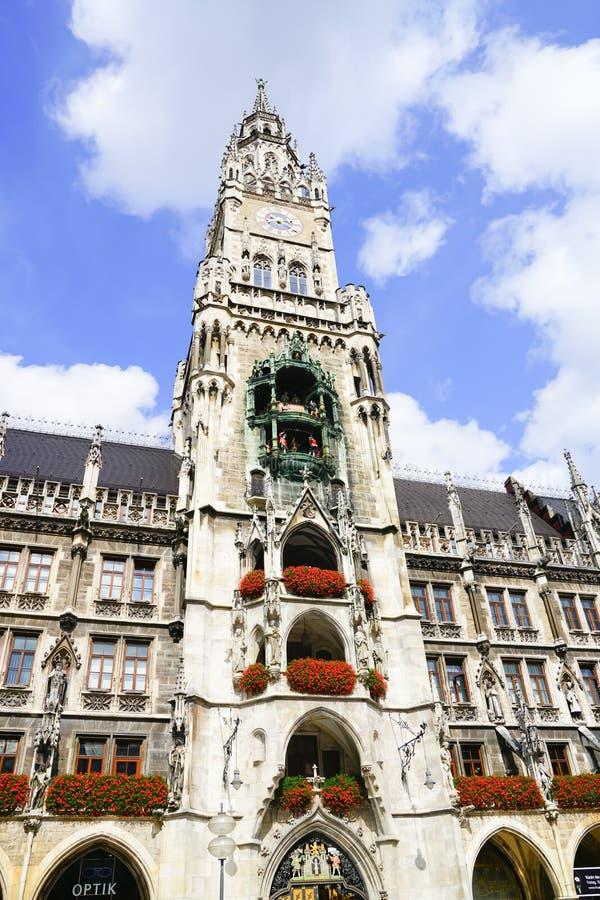 quadrado gótico famoso do detailin da torre da câmara municipal foto de stock