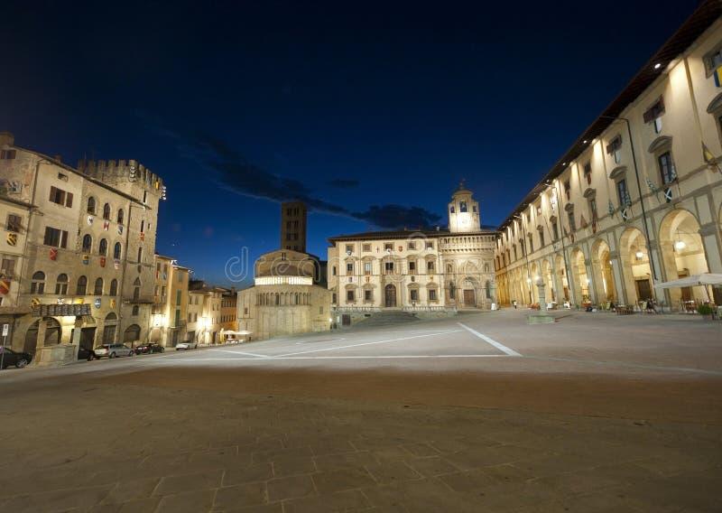 Quadrado medieval em Arezzo (Toscânia) em a noite imagens de stock royalty free