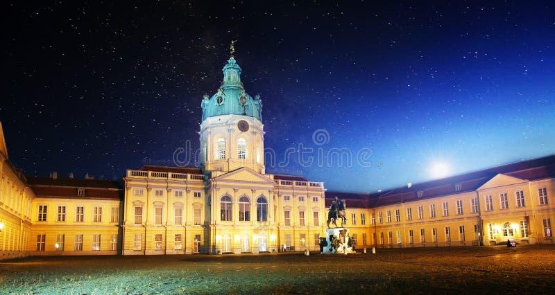Quadrado na noite com céu estrelado, Varsóvia, Polônia, Europa fotos de stock