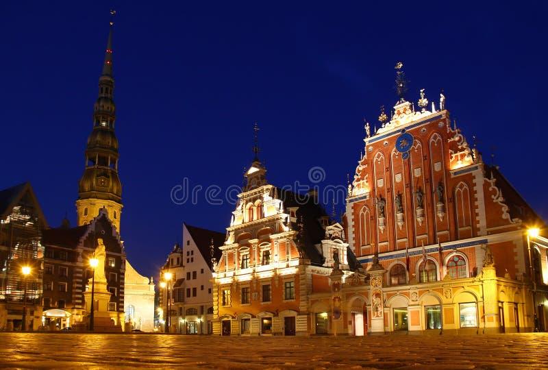 Quadrado na noite, Riga da câmara municipal, Letónia foto de stock