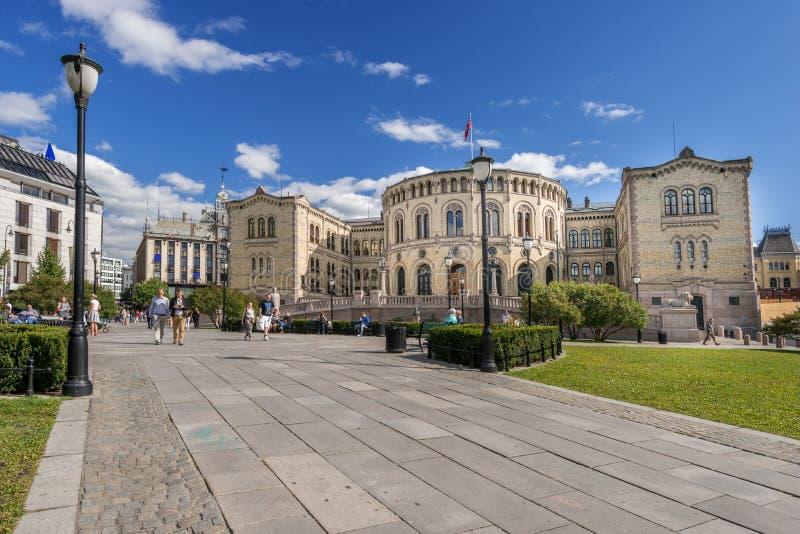 Quadrado na parte dianteira de Oslo Parlament fotos de stock