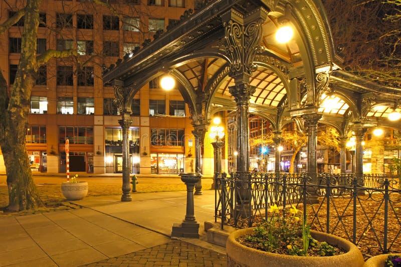 Quadrado pioneiro em Seattle na noite adiantada da mola. Rua vazia. fotografia de stock