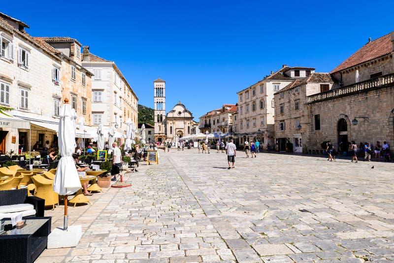 Quadrado principal da cidade velha de Hvar na ilha de Hvar na Croácia fotos de stock royalty free