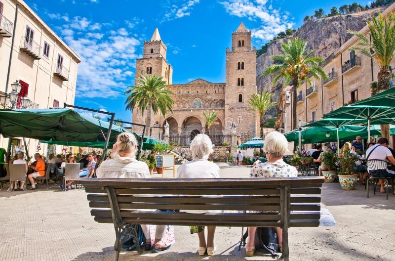 Quadrado principal de Cefalu, cidade medieval de Sicília, Itália foto de stock