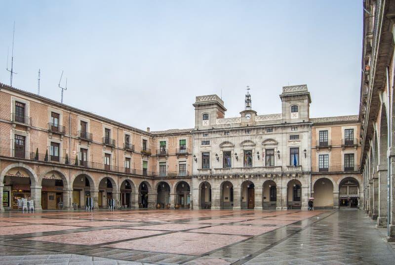 Quadrado principal e fachada da câmara municipal do  vila de à um Sp do dia chuvoso imagem de stock royalty free