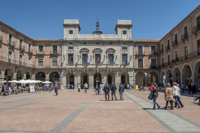 Quadrado principal e fachada da câmara municipal do  vila de à um Sp do dia ensolarado foto de stock