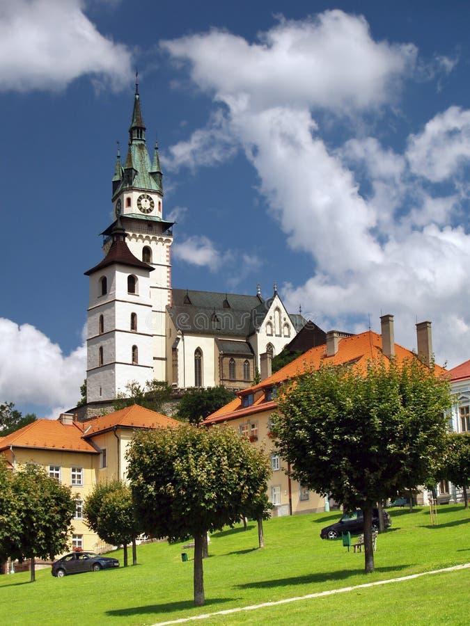 Quadrado principal, igreja e castelo em Kremnica imagem de stock royalty free