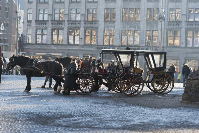 Quadrado puxado a cavalo Amsterdão da represa dos transportes fotografia de stock