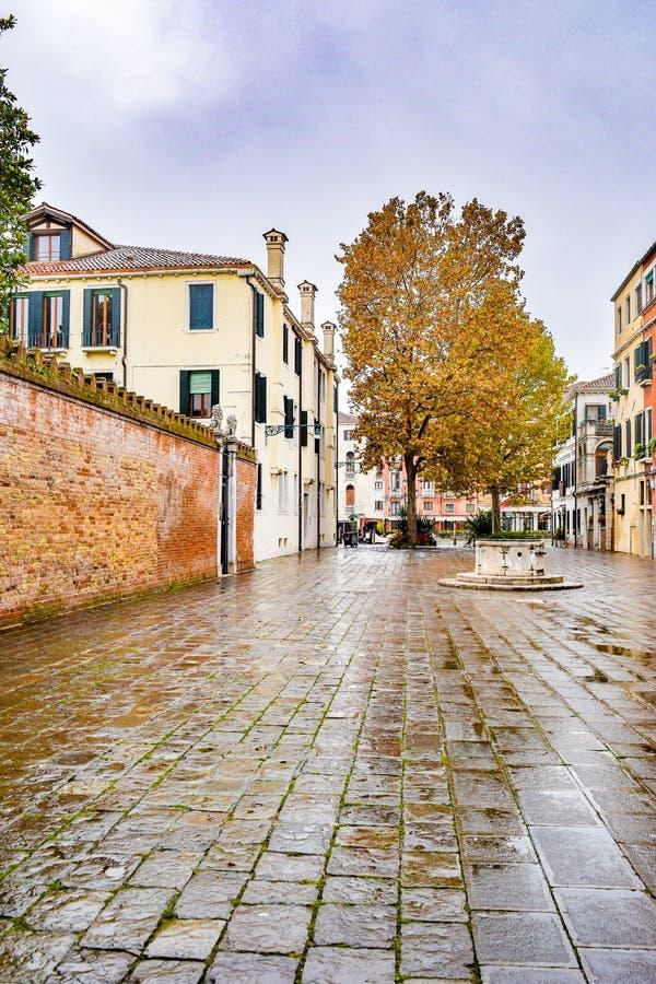 Quadrado vazio do pátio entre construções na cidade de Veneza, Itália imagem de stock royalty free
