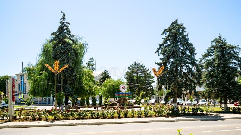 Quadrado verde na rua de Sovetov na cidade de Abinsk foto de stock royalty free