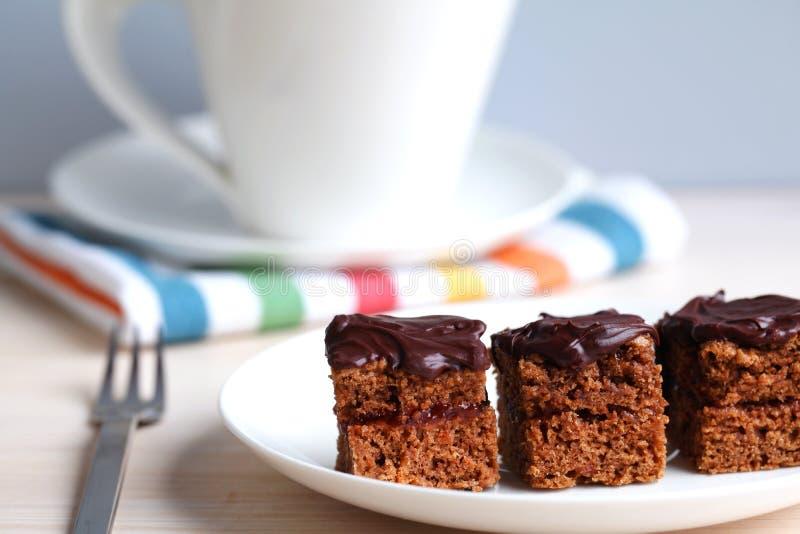 Quadrados do bolo de chocolate com atolamento, teatime foto de stock royalty free