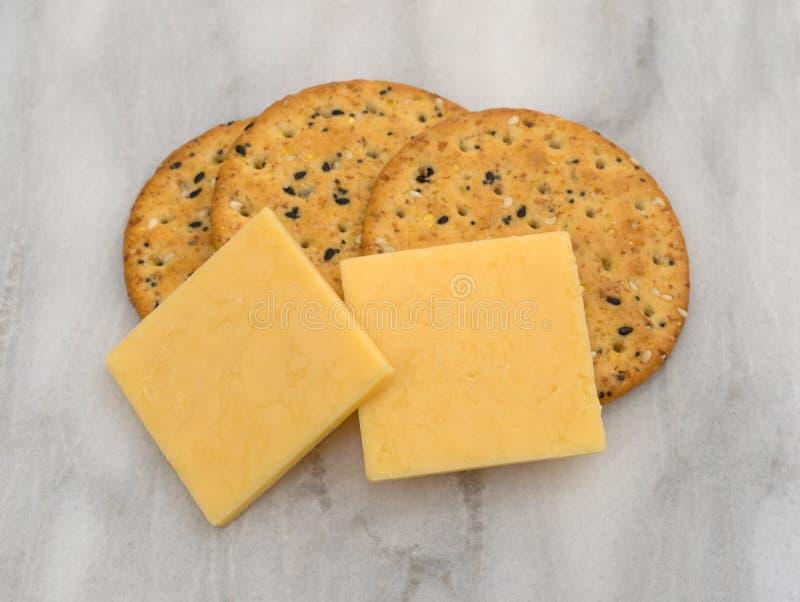 Quadrados do queijo de Gouda com biscoitos imagem de stock royalty free