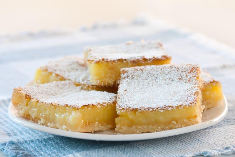 Quadrados recentemente cozidos saborosos do limão em um prato fotos de stock
