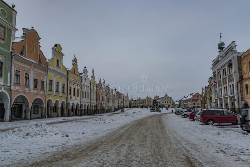 Quadrat in alter Telc-Stadt am dunklen kalten Morgen des Winters stockfoto