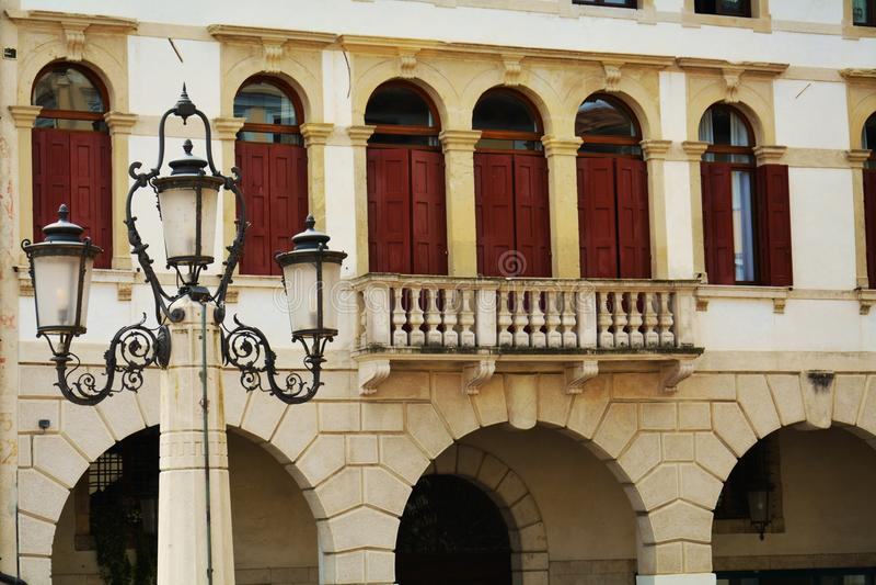 Quadrat, Details, Skulptur, Detail und Bäume Cima, in Conegliano Venetien, Treviso, Italien stockfotografie