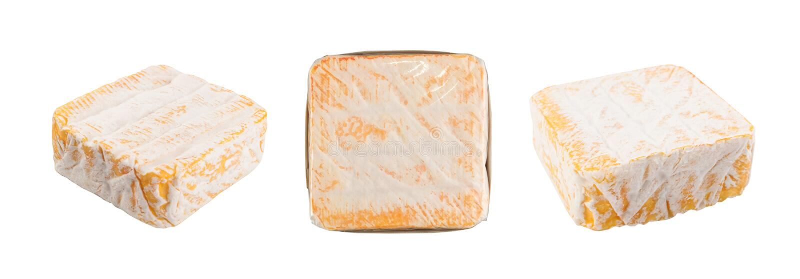 Quadrat-gelber weicher franz?sischer K?se mit einer wei?en Form lizenzfreie stockbilder