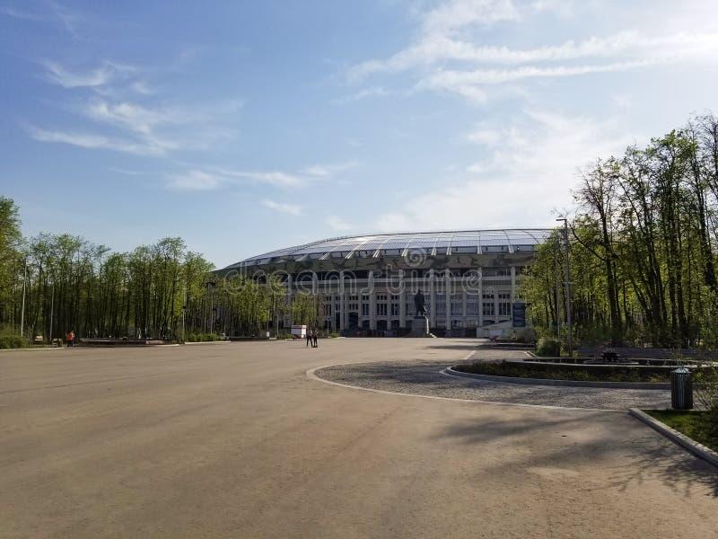 Quadrat nahe Luzhniki-Stadion im Frühjahr, Moskau stockfotografie