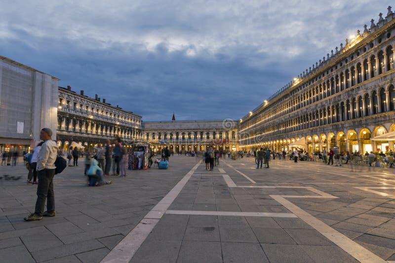 Quadrat Sans Marco nachts in Venedig, Italien stockbilder