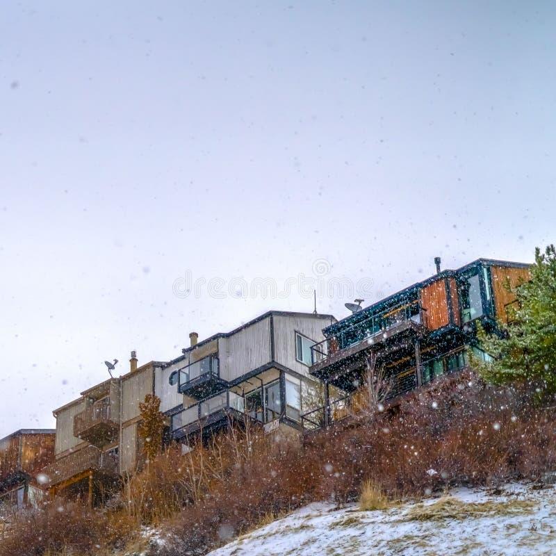Quadrat Snowy-Hügel mit Häusern in Salt Lake City Utah lizenzfreie stockbilder