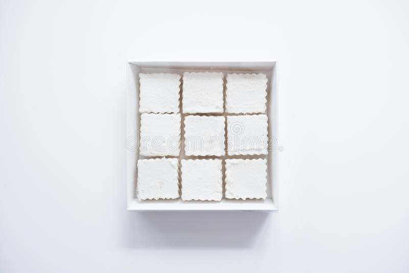 Quadratische Eibische in einem Kasten stockfoto