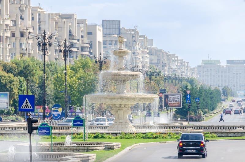 Quadratische Piata Unirii mit Shops, Verkehrsautos, Leute Bucharest, Rumänien stockfotos