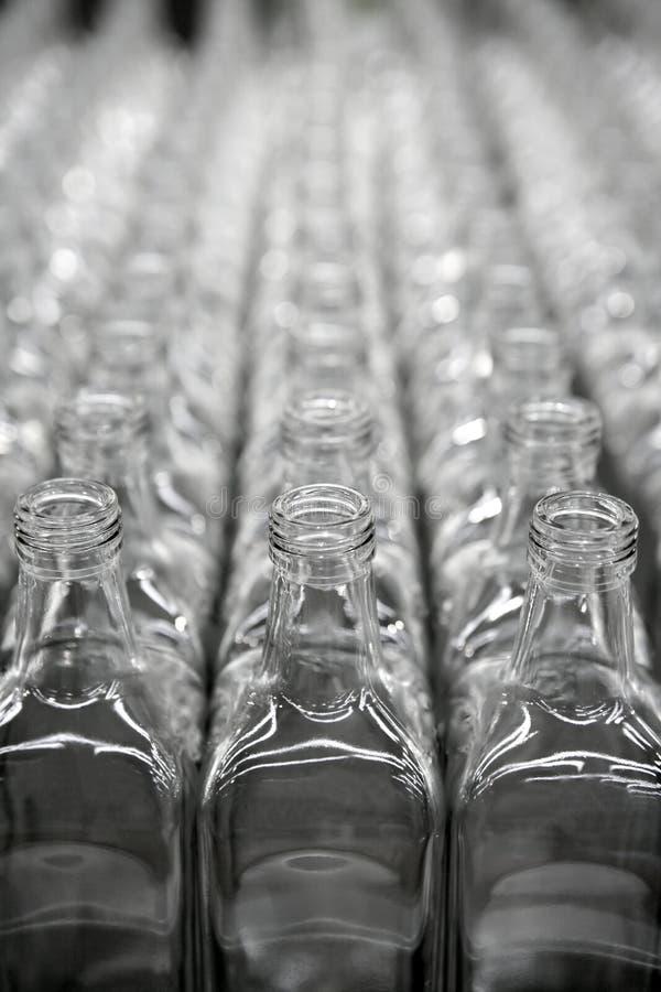 Quadratische transparente Flaschenglasreihen lizenzfreie stockfotografie