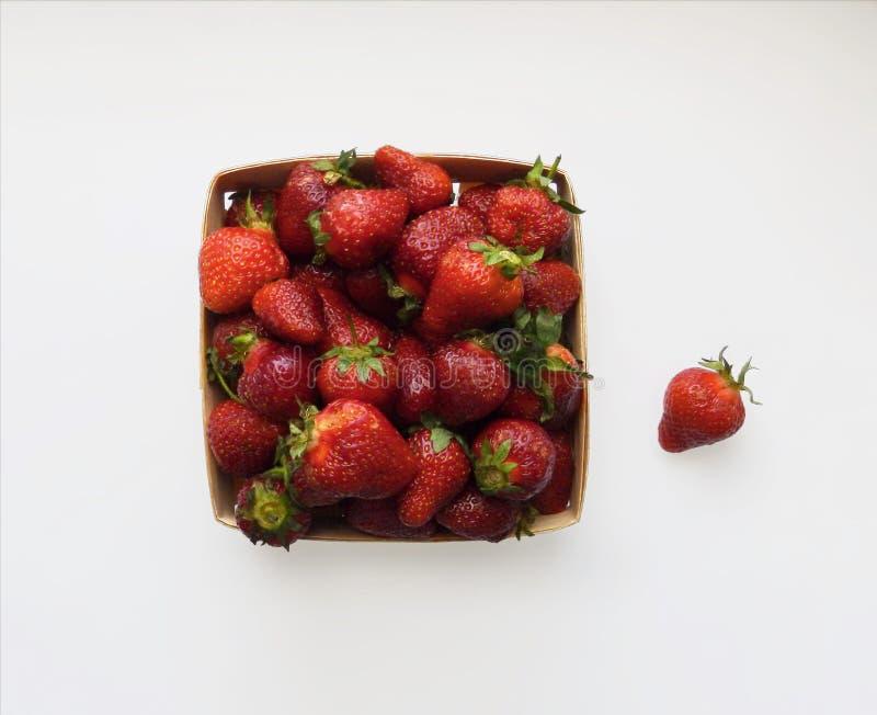 Quadratischer Korb mit Erdbeere, Draufsicht, über einen weißen Hintergrund stockfotografie