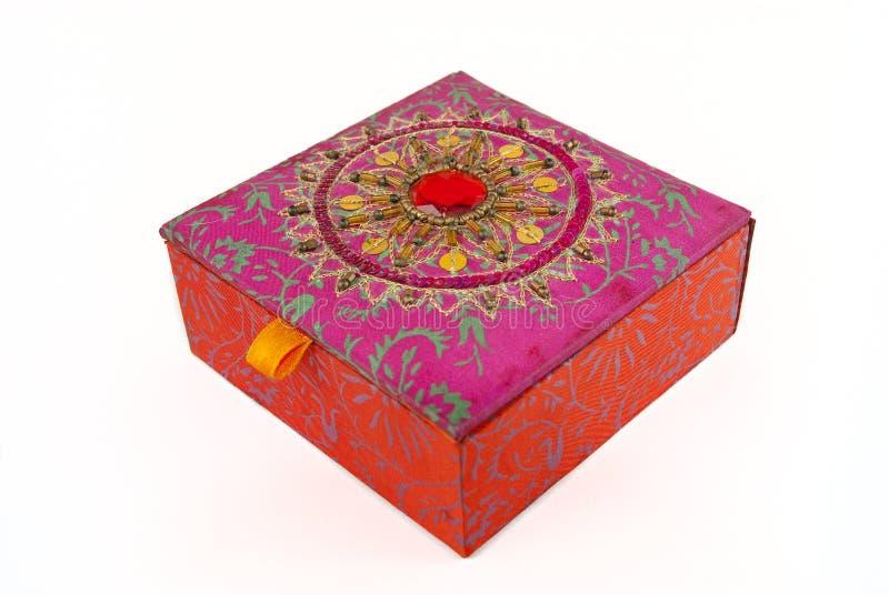 Quadratischer roter Schmucksachekasten stockfotografie