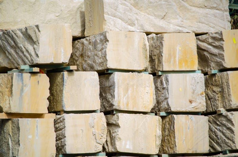 Quadratischer Sandstein kommen an der Baustelle voran stockfoto