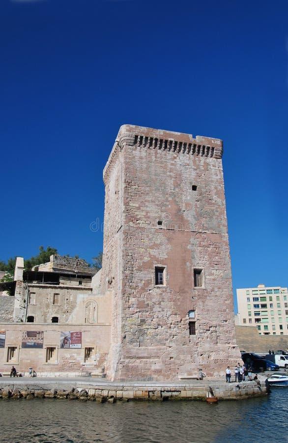 Quadratischer Steinturm der mittelalterlichen Zitadelle des Heiligen - Jean, alter Hafen von Marseille, Frankreich stockbild