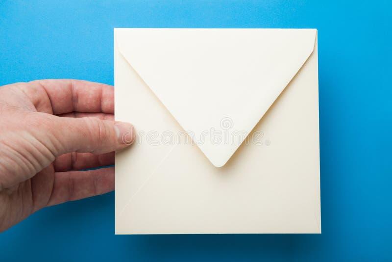 Quadratischer Umschlag für das Schreiben in die Hand stockfoto