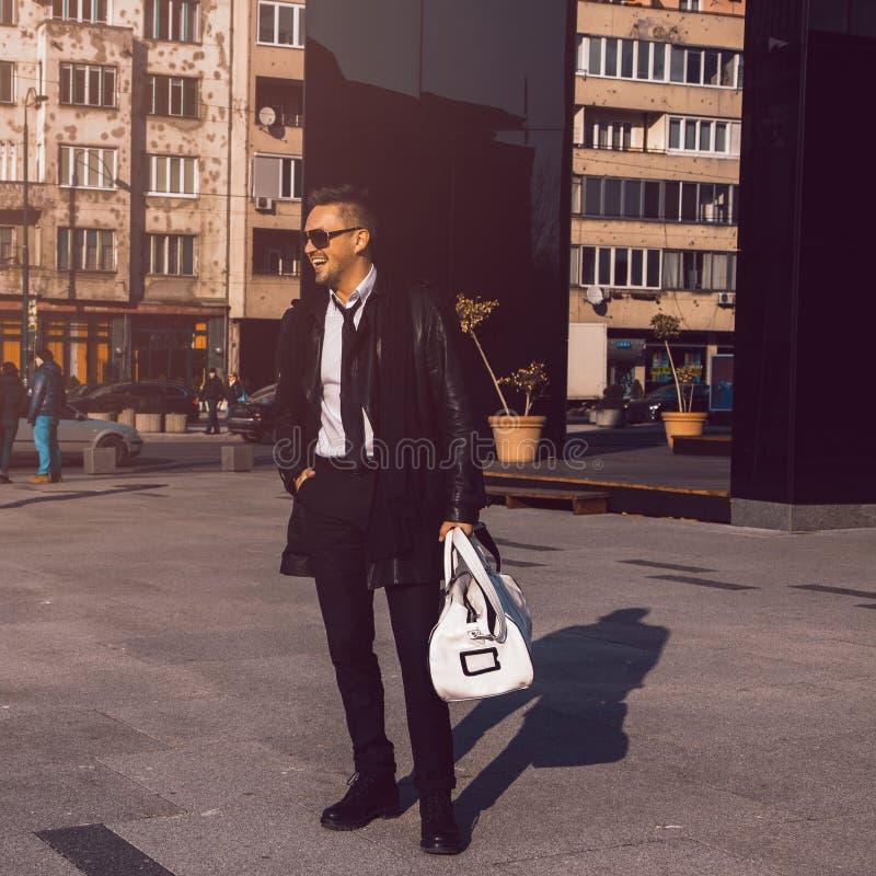 Quadratisches Bild des männlichen Modells des modischen Spaßes draußen lizenzfreie stockbilder