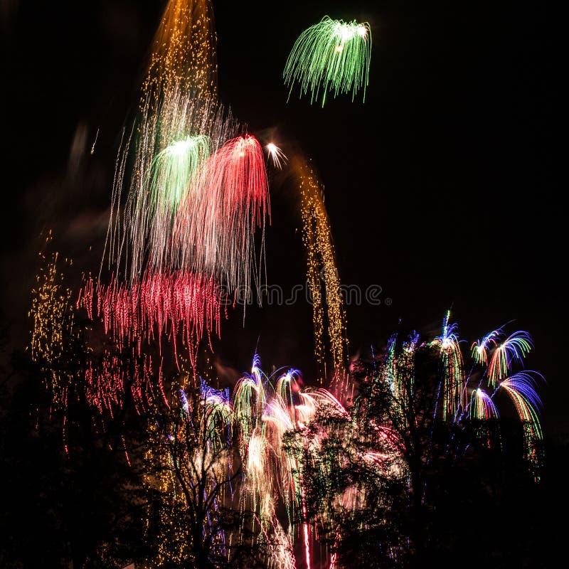 Quadratisches Bild eines beschäftigten Himmels während der Feuerwerks-Anzeige lizenzfreies stockbild