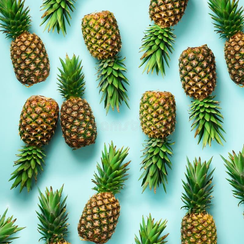 Quadratisches Getreide Frische Ananas auf blauem Hintergrund Beschneidungspfad eingeschlossen Pop-Arten-Design, kreatives Konzept stockfotografie
