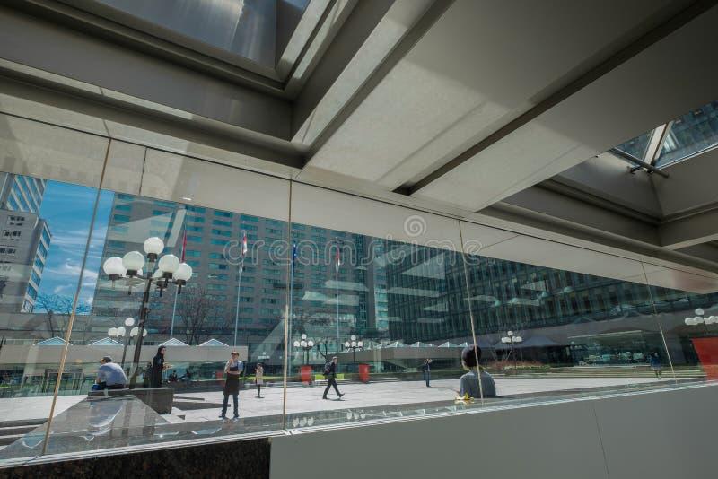Quadrato all'aperto nel centro del centro occupato immagini stock libere da diritti