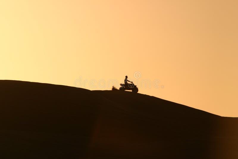 Download Quadrato Che Biking Nel Deserto Immagine Stock - Immagine di quad, sport: 206597