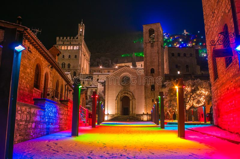 Quadrato colorato magico nel centro di Gubbio a tempo di natale con neve fotografie stock