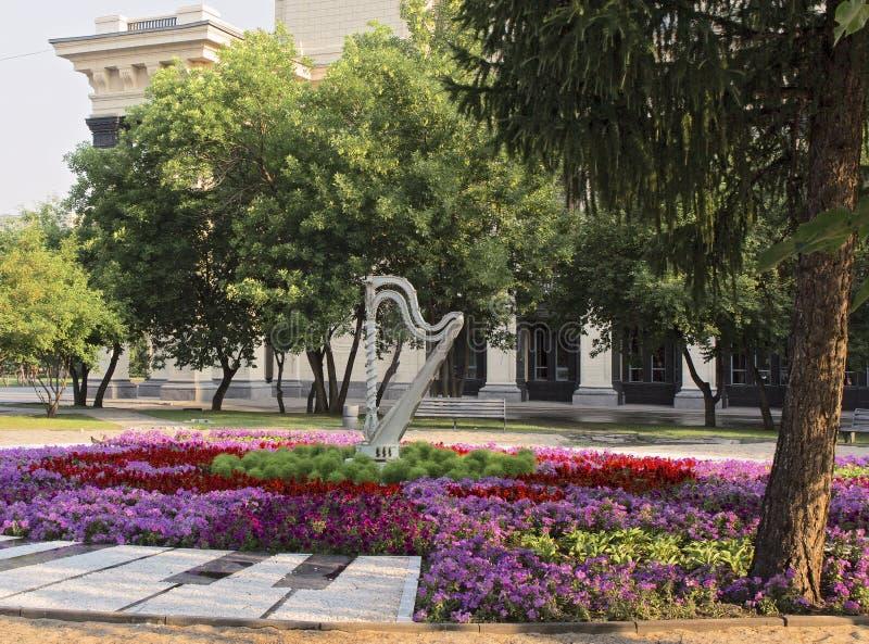 Quadrato con un'arpa accanto al teatro a Novosibirsk immagini stock libere da diritti