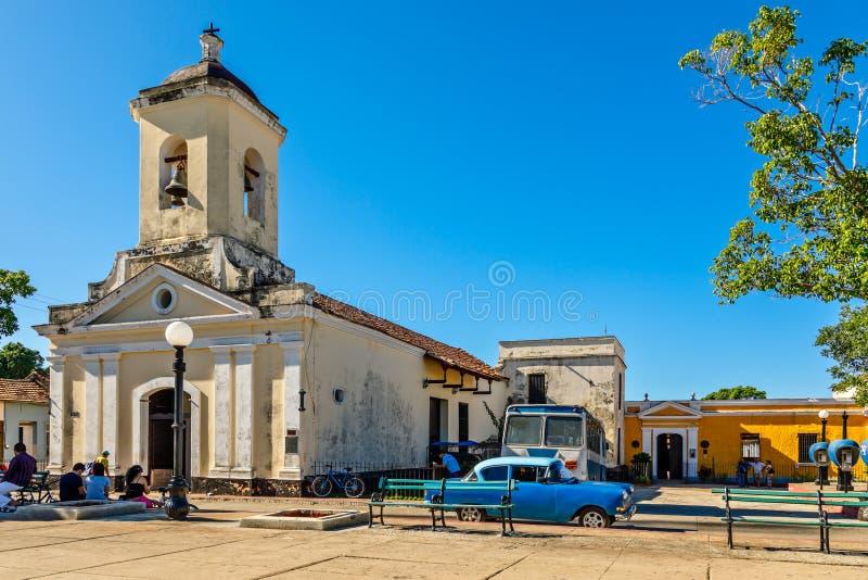 Quadrato concentrare della città cubana con la chiesa Iglesia San Francisco de Paula, Trinidad, Cuba immagini stock