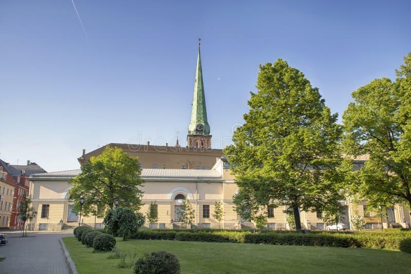 Quadrato davanti al palazzo presidenziale a Riga fotografia stock